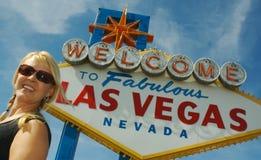 Las- Vegaszeichen u. glücklicher Tourist lizenzfreie stockfotos