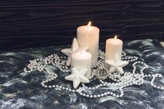 Las velas ardientes blancas, gotas, protagonizan Fotos de archivo libres de regalías