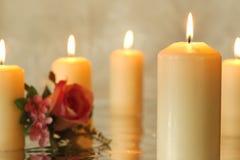Las velas ardientes con un rosado subieron Foto de archivo libre de regalías