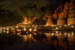 Las velas bendicen al Buda en Visakha Puja Day Foto de archivo libre de regalías