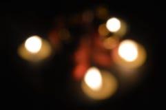 Las velas borrosas de las luces empañan budha del buda de la oscuridad de la noche Fotos de archivo libres de regalías