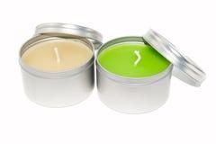 Las velas coloreadas con la cubierta en el fondo blanco Imágenes de archivo libres de regalías