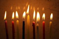 Las velas coloridas de Hanukkah se encendieron en el menorah, luz de la vela foto de archivo libre de regalías