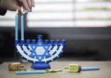 Las velas de Jánuca se encendieron para la celebración del día de fiesta rodeadas por d foto de archivo libre de regalías