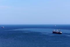 Las velas de la nave en el horizonte Foto de archivo