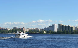 Las velas de la nave a lo largo del río de Neva Imágenes de archivo libres de regalías