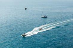Las velas del barco de motor en el Mar Negro Foto de archivo