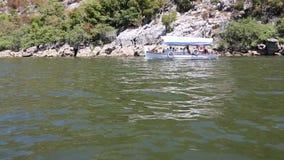 Las velas del barco a lo largo del lago Skadar metrajes