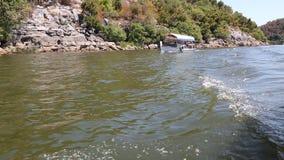 Las velas del barco a lo largo del lago Skadar almacen de video