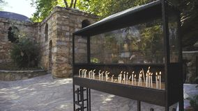 Las velas del burning en la estatua santa en pavo 4K metrajes