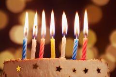 Las velas del cumpleaños se cierran encima de fondo del bokeh Foto de archivo libre de regalías