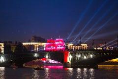 Las velas del escarlata de la celebración muestran durante el festival de las noches blancas Fotos de archivo libres de regalías