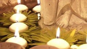 Las velas encendidas flotan lentamente a través del agua en el templo metrajes