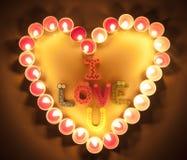 Las velas encienden el corazón con te amo las palabras para el fondo romántico Foto de archivo