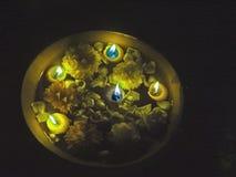 Las velas festivas se encendieron para arriba para la adoración ritual la India Fotos de archivo libres de regalías
