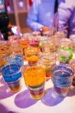 Las velas hechas a mano, azul, amarillo, rojo, ponen verde a imagen de archivo