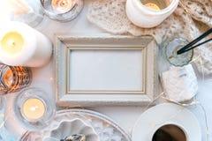 Las velas hermosas, taza de café en el fondo blanco, marco para su texto, endecha plana, visión superior, relajan concepto de l imagen de archivo libre de regalías