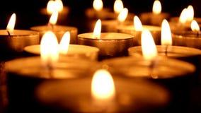 Las velas ligeras del té soplan hacia fuera almacen de video