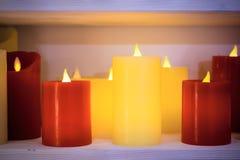 Las velas multicoloras se arreglan en una sola fila Imagen de archivo