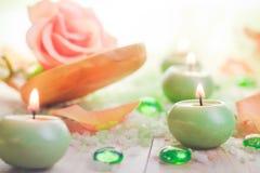 Las velas perfumadas de baño de la sal atribuyen la relajación imagen de archivo