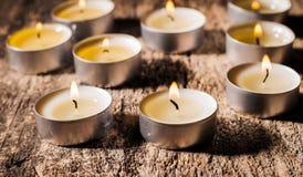 Las velas rojas de luz con subieron Luces de la vela de la tarjeta del día de San Valentín Imágenes de archivo libres de regalías