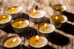 Las velas rojas de luz con subieron Luces de la vela de la tarjeta del día de San Valentín Fotos de archivo