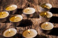 Las velas rojas de luz con subieron Luces de la vela de la tarjeta del día de San Valentín Foto de archivo libre de regalías