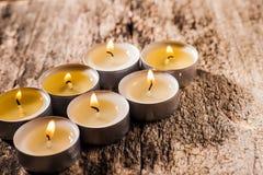 Las velas rojas de luz con subieron Luces de la vela de la tarjeta del día de San Valentín Fotografía de archivo libre de regalías