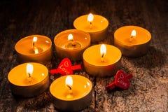 Las velas rojas de luz con subieron Luces de la vela de la tarjeta del día de San Valentín Imagen de archivo