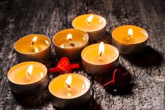 Las velas rojas de luz con subieron Luces de la vela de la tarjeta del día de San Valentín Imagen de archivo libre de regalías