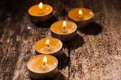 Las velas rojas de luz con subieron Luces de la vela de la tarjeta del día de San Valentín Fotos de archivo libres de regalías