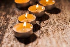 Las velas rojas de luz con subieron Luces de la vela de la tarjeta del día de San Valentín Fotografía de archivo