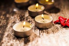 Las velas rojas de luz con subieron Luces de la vela de la tarjeta del día de San Valentín Imagenes de archivo