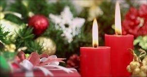 Las velas rojas fueron encendidas, caja de regalo en primero plano almacen de video