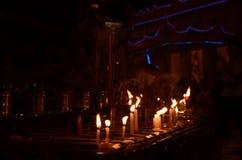 Las velas son entonces respectivamente adorar la pagoda Fotografía de archivo