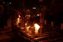 Las velas son entonces respectivamente adorar la pagoda Foto de archivo