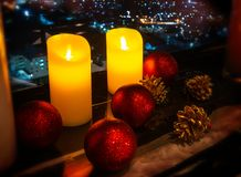 Las velas y la tabla de la celebración adornan foto de archivo