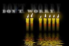 Las velas y las palabras no se preocupan sean felices Fotografía de archivo libre de regalías