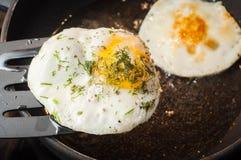 Las ventajas y dañan de la yema de huevo, y del índice de huevos para una persona por día fotos de archivo libres de regalías