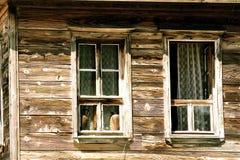 Las ventanas de la casa rural foto de archivo