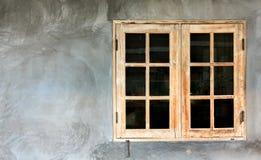 Las ventanas de madera en el fondo del cemento Imagen de archivo