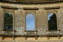 Las ventanas decorativas arruinadas de la bóveda, arrebatan el parque Fotografía de archivo