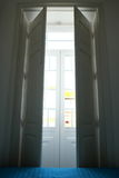 Las ventanas del dormitorio se abren por la mañana Imagenes de archivo