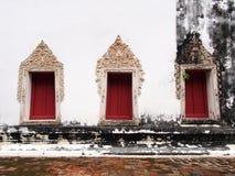 Las ventanas del templo viejo en Wat-chom-phu-wek Tailandia Foto de archivo libre de regalías