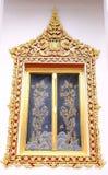 Las ventanas reales del estilo del santuario en Nonthaburi fotografía de archivo libre de regalías