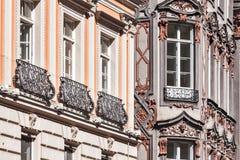 Las ventanas ricas medievales del palacio de la casa se cierran para arriba Imágenes de archivo libres de regalías