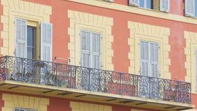 Las ventanas y los balcones complejos residenciales cerraron el día soleado, arquitectura urbana metrajes