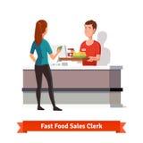 Las ventas clerk dar la bandeja a un cliente de la mujer Imágenes de archivo libres de regalías