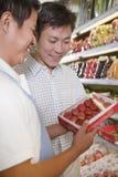 Las ventas clerk la ayuda del hombre en el supermercado, Pekín Fotos de archivo