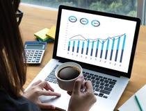 Las ventas negocio de muchas cartas y de los gráficos aumentan las partes Co de los ingresos fotografía de archivo libre de regalías